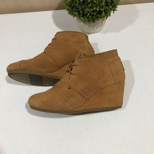 Tom's Suede Wedge Booties Camel Brown Lace Up 7.5W